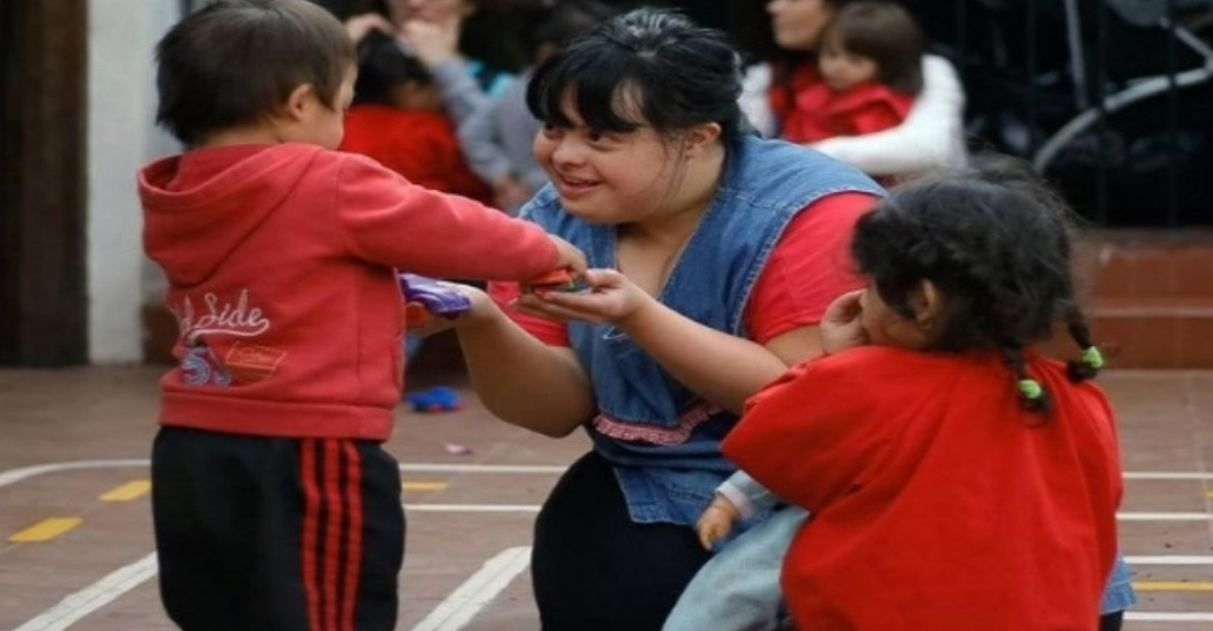 Primeira professora com Down da Argentina encanta crianças com seu jeito doce e carinhoso 1