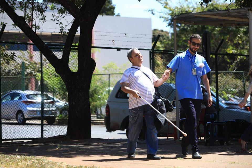 cobrador ajuda cego a entrar em ônibus todos os dias no DF