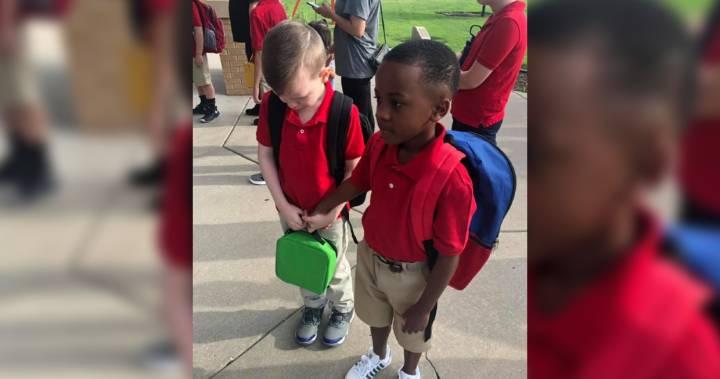 Menino vê colega autista chorando no primeiro dia de aula e segura sua mão para acalmá-lo