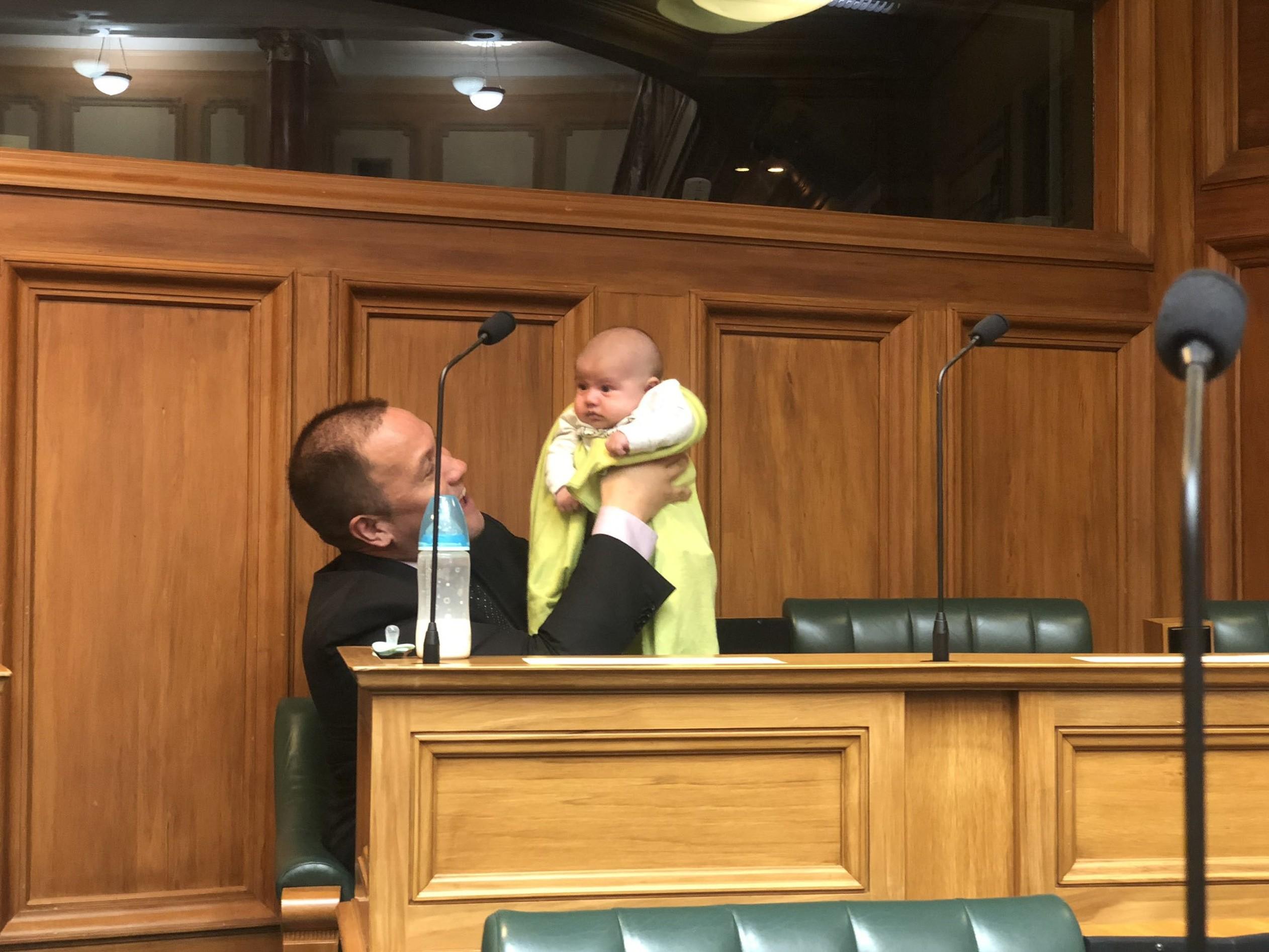 presidente parlamento nova zelândia cuida bebê debate