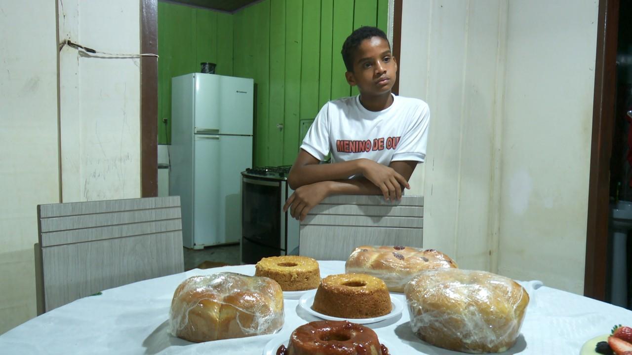 Menino de 13 anos vende bolos para ajudar família e sonha abrir confeitaria em RO