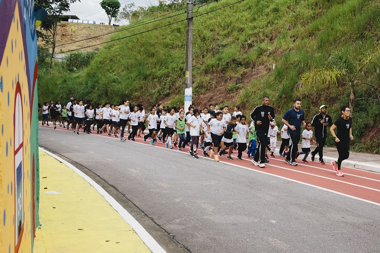 adultos crianças correndo pista atletismo rua