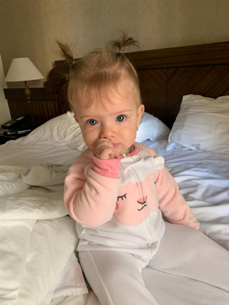 bebê sentada cama hotel