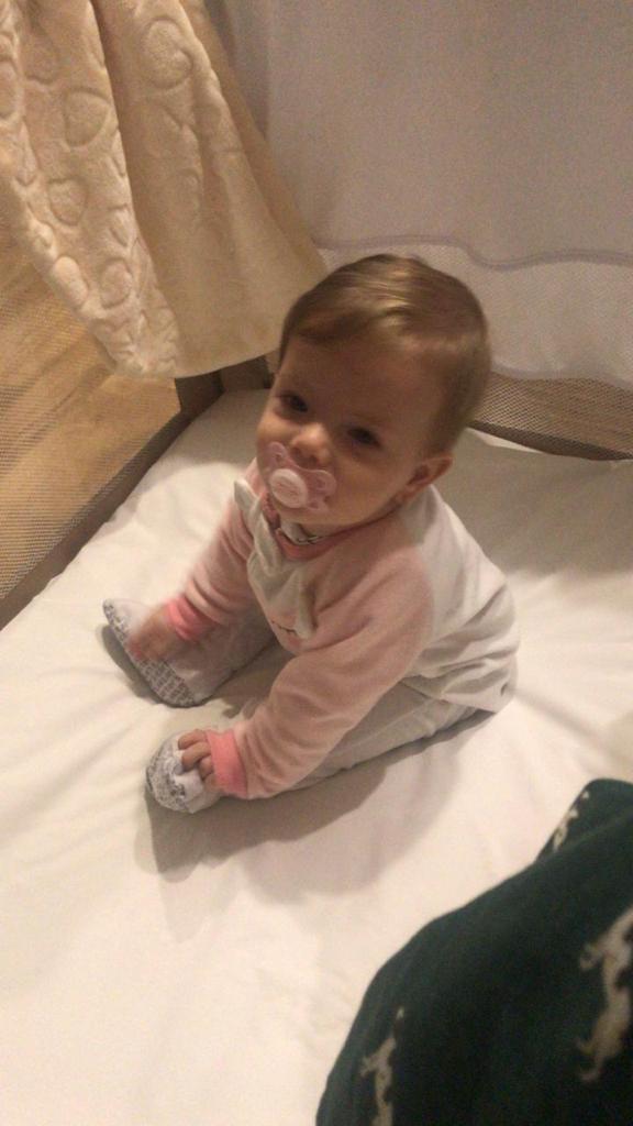 bebê sentada berço hotel