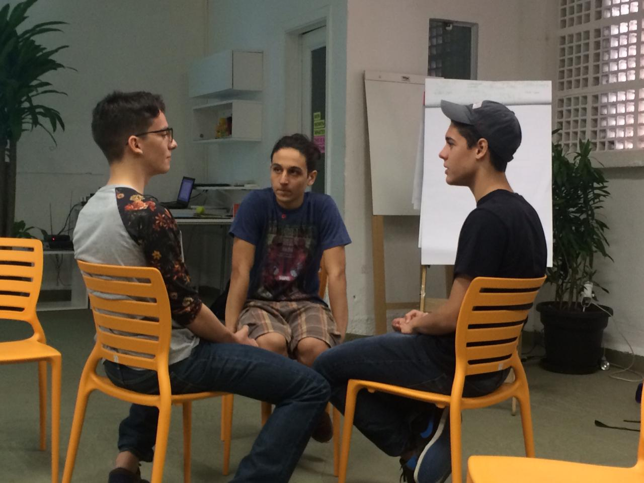 garotos sentados cadeira discutindo masculinidade tóxica
