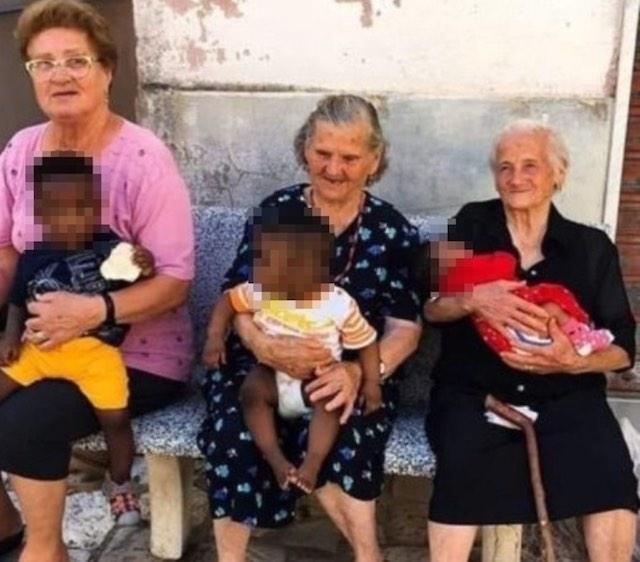 Foto de 3 vovós italianas cuidando de crianças migrantes é a definição de 'amor de vó' 1