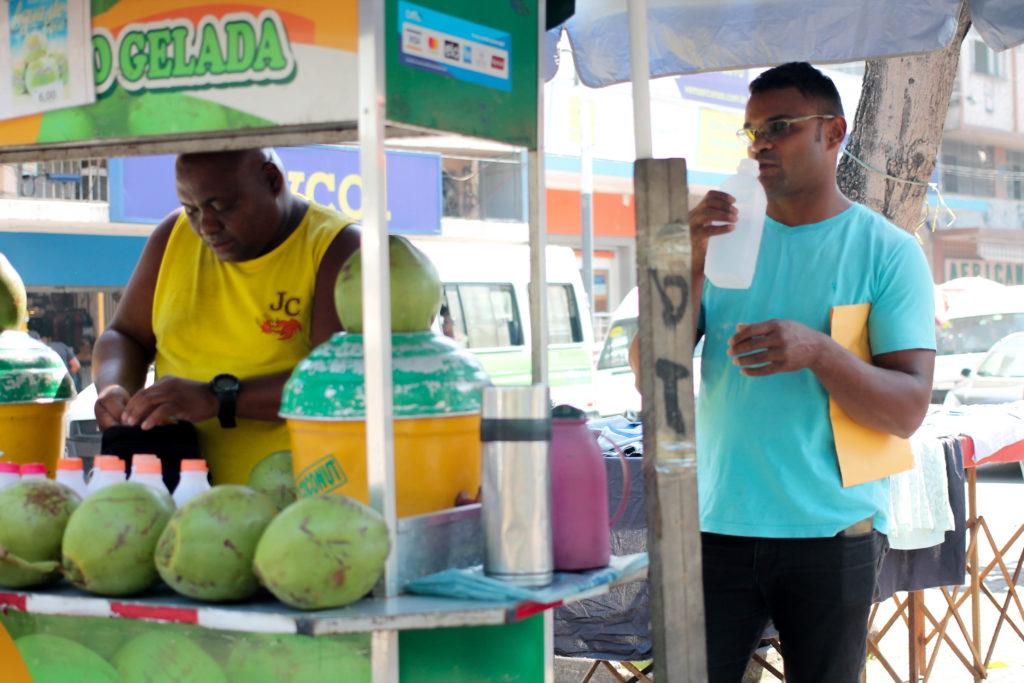 Vendedor de água de coco compra apartamento, Kombi e é pura alegria em Bonsucesso (RJ)