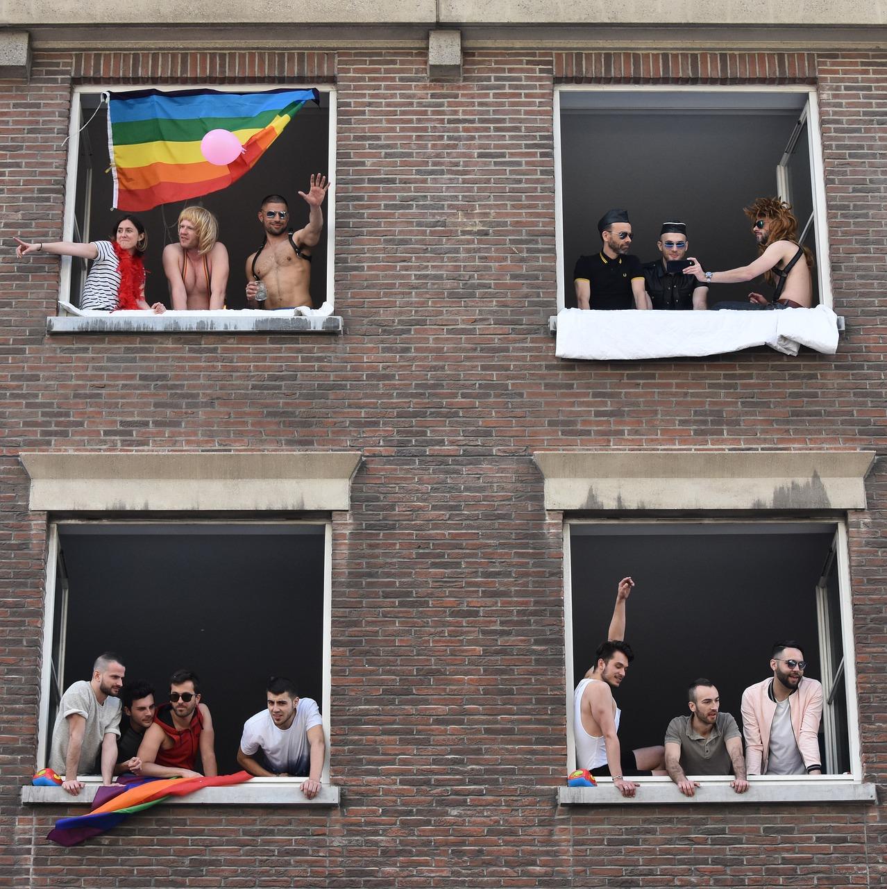 pessoas prédio manifestando orgulho lgbt