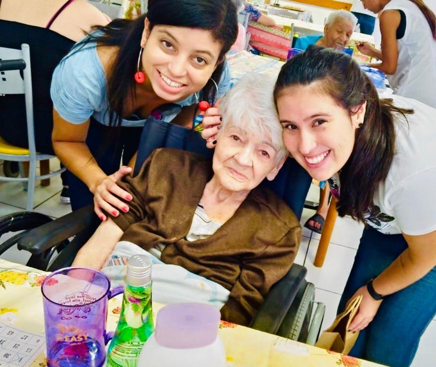 joven visitando idosa asilo ação voluntariado