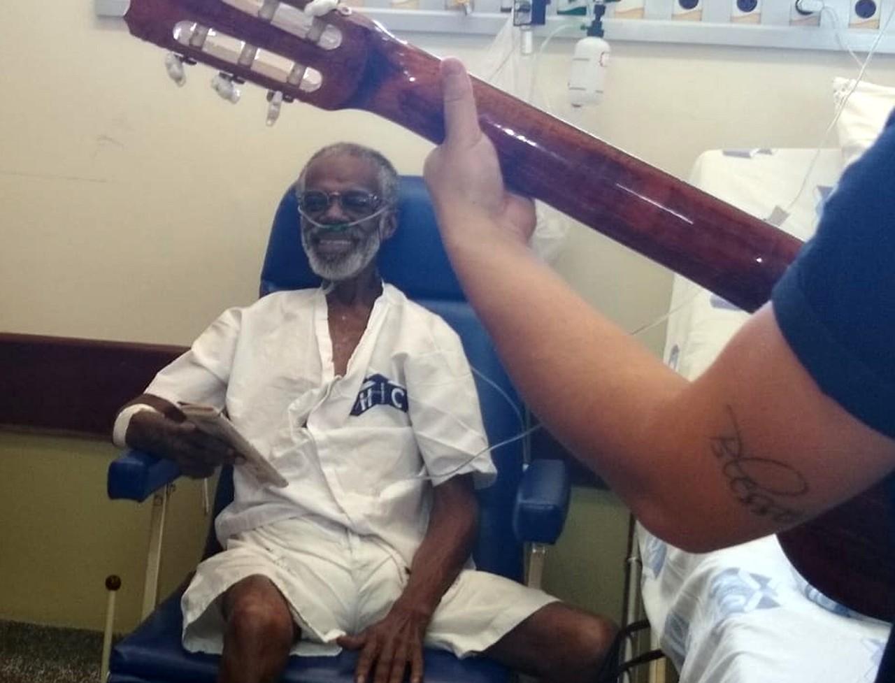 Idoso com câncer internado há meses ganha roda de samba de equipe hospitalar