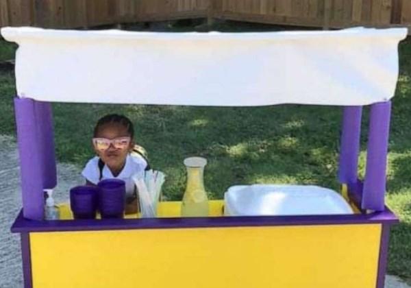 garotinha vende limonada comprar fraldas necessitados