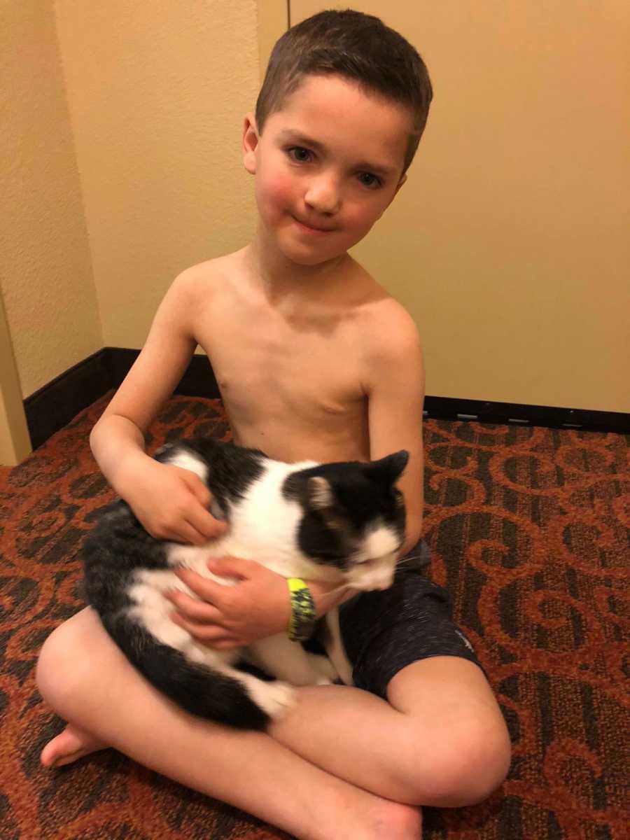 menino com gato no colo