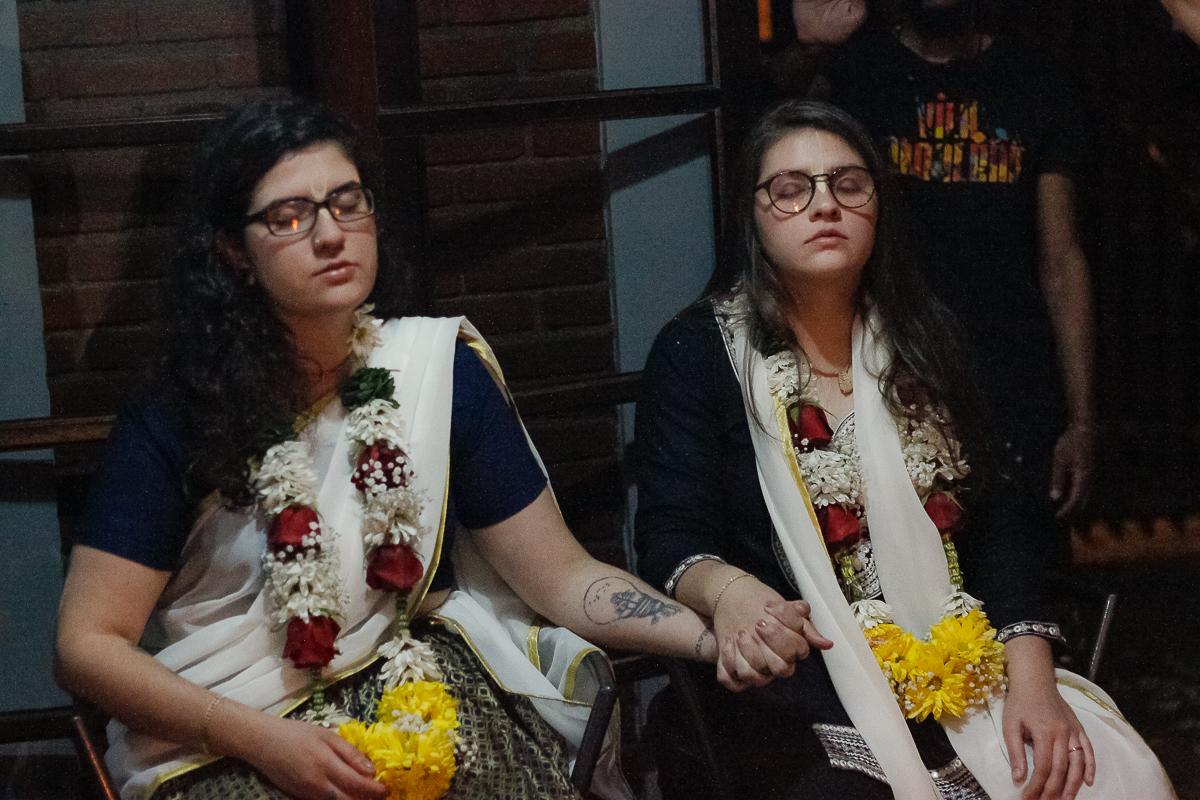 casal realiza primeiro casamento homoafetivo movimentos religiosos hinduismo pais
