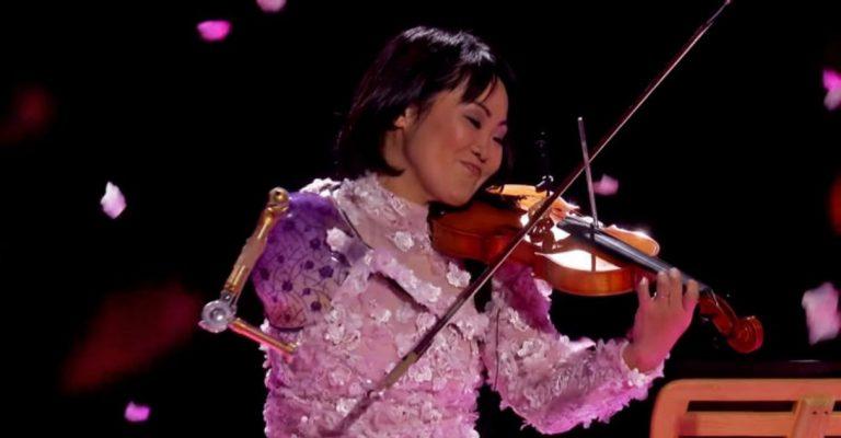 Violinista que perdeu os braços em acidente emociona jurados de programa