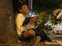 Ambulante adolescente apaixonado leitura não para de ler enquanto trabalha no rj