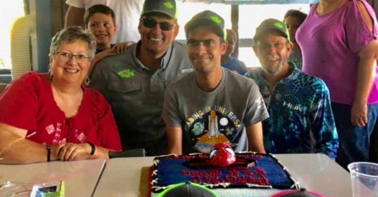 professor presenteia ex-aluno com primeira festa aniversário trinta anos idade