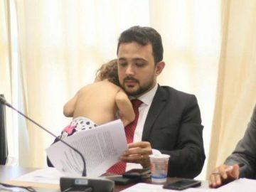 Com filha no colo, deputado maranhense participa de reunião na Assembleia e foto viraliza