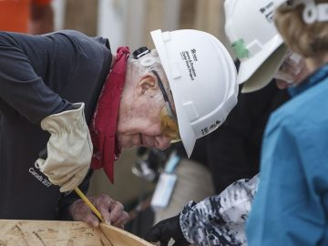 ex-presidente dos estados unidos jimmy carter construindo casas populares