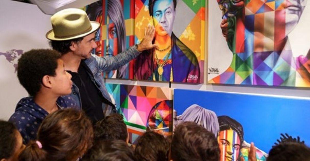 Muralista Kobra transforma ônibus em galeria e faz exposição pela periferia de SP