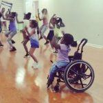 menina cadeira de rodas dançando hip hop