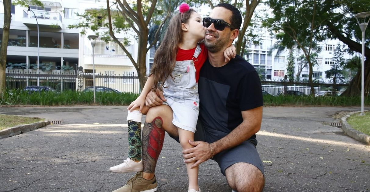 Para homenagear filha pai tatua prótese própria perna