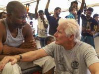 Richard Gere leva comida navio humanitário Mediterrâneo