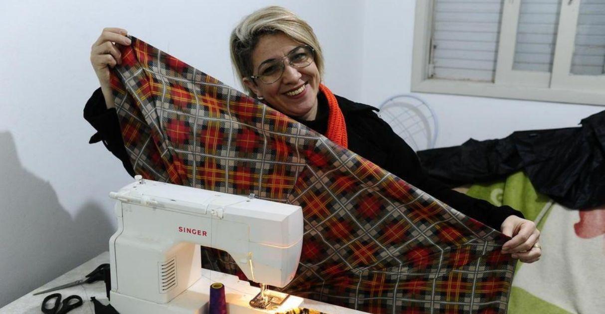 professora transforma guarda-chuvas sacos dormir desabrigados
