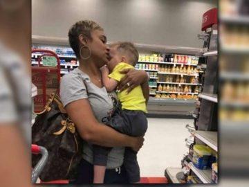 mulher ajuda mãe exausta reconfortando bebê que chorava em supermercado