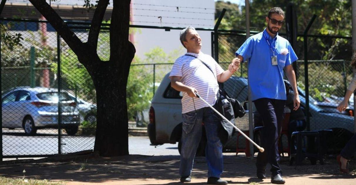 cobrador ajuda cego a entrar em ônibus todos os dias