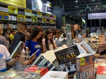 pessoas vendo livros Bienal do Rio