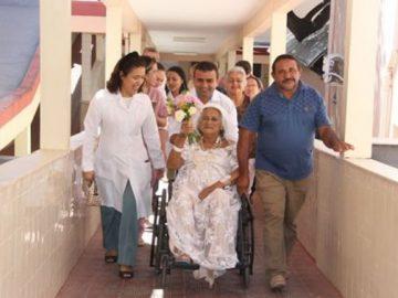 Vestida noiva idosa internada hospital casa oficializa união