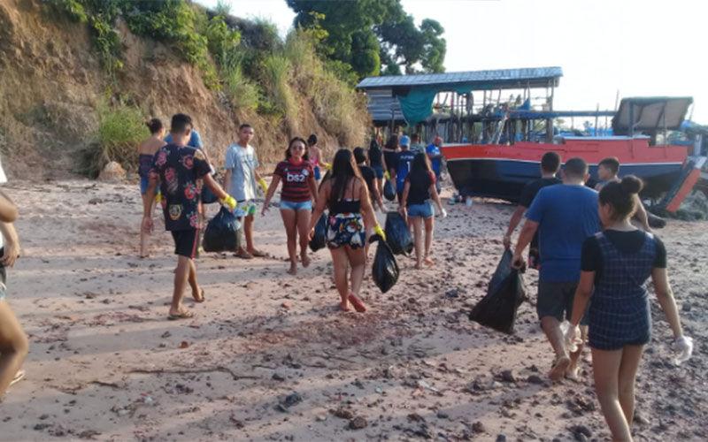 Jovens organizam mutirão de limpeza com ajuda do WhatsApp e limpam praia de Maracanã (PA)