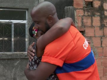 gari abraçando idosa