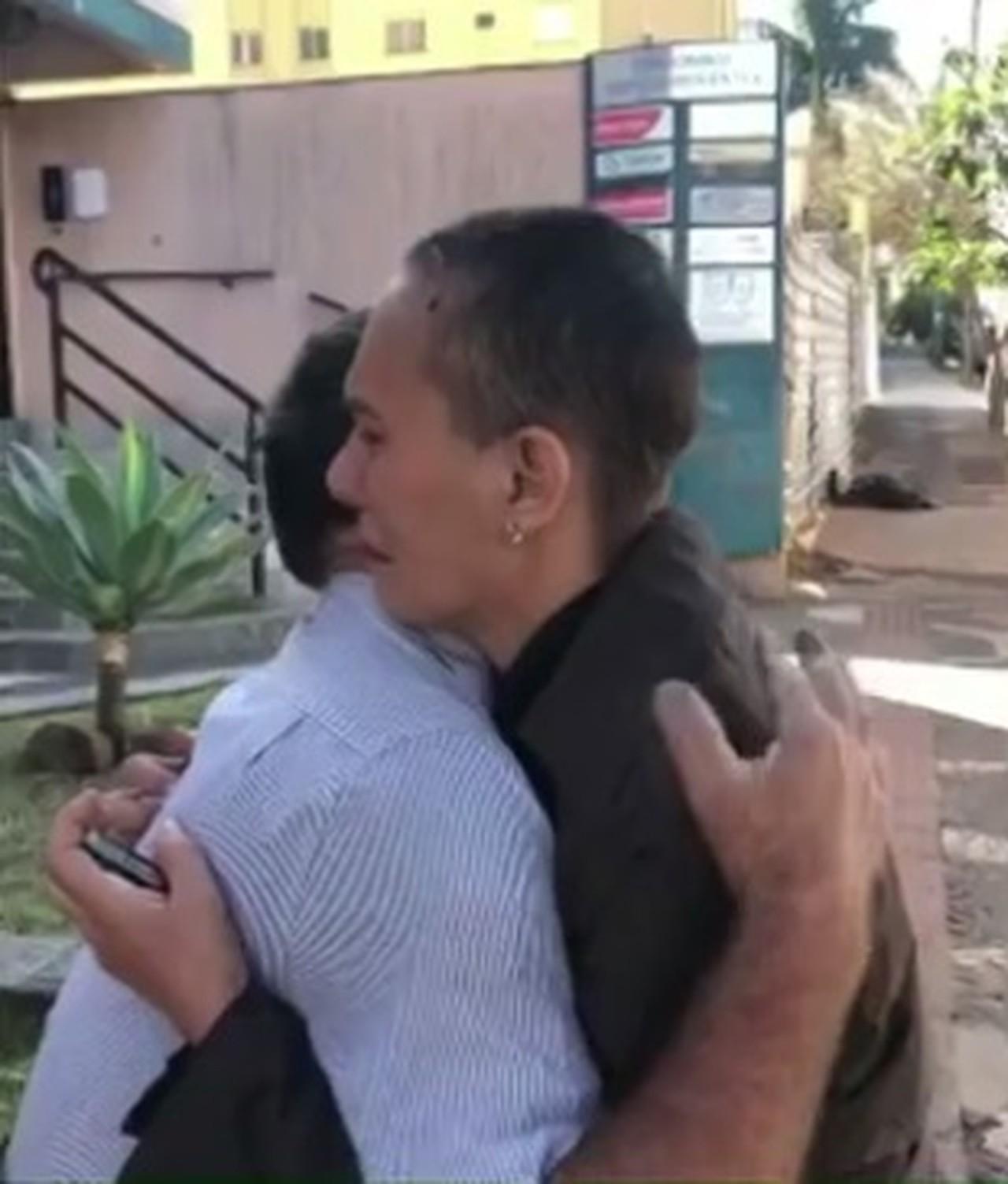 Após ganhar carro rifa aposentado devolve ajudar mulher doente