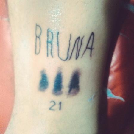 Jovem faz tatuagem em homenagem à irmã com Down usando como base a letra dela