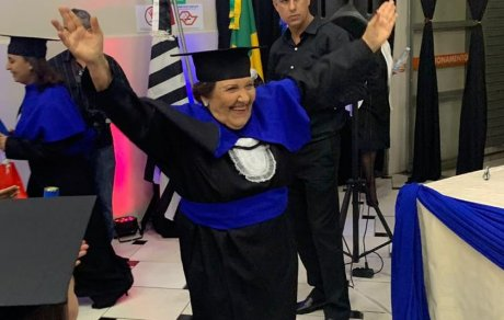 Aos 81 anos, ex-merendeira realiza sonho de se formar em Pedagogia