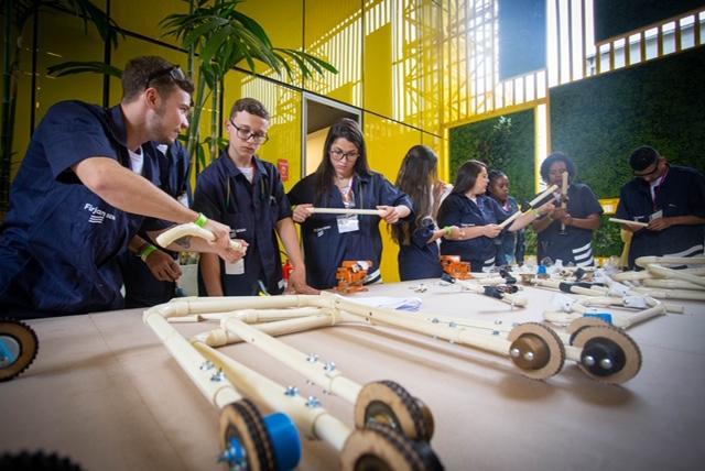 estudantes construindo andadores feitos PVC crianças deficiência