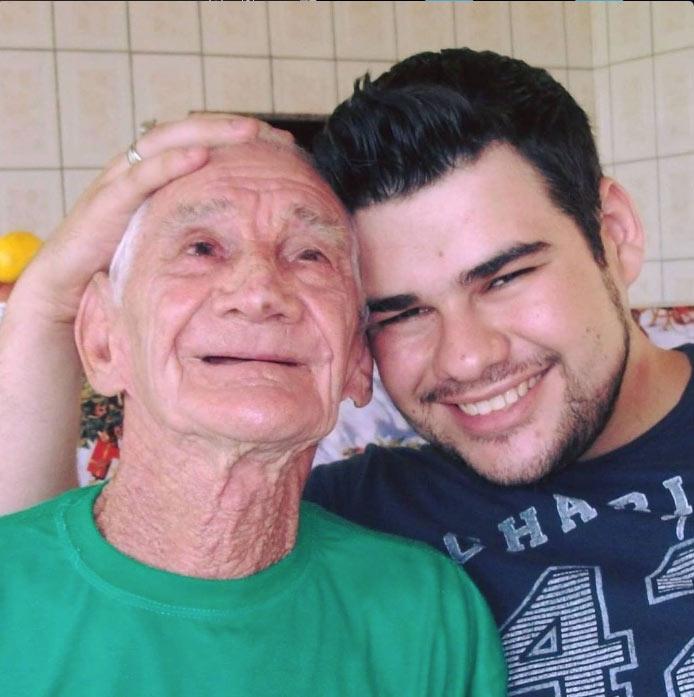 vídeo vovô Alzheimer reconhece neto oferece leitinho