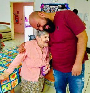 homem visitando idosa asilo ação voluntariado