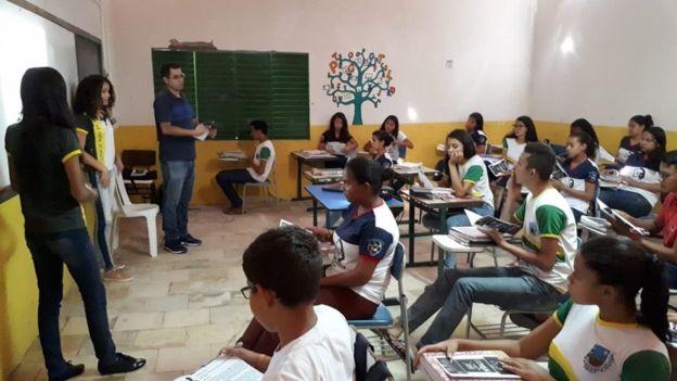 estudantes sala aula escola