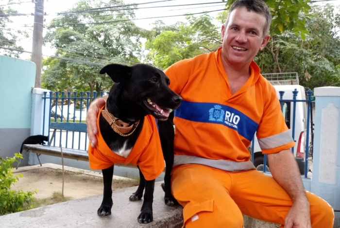 gari e cachorro vestidos uniforme
