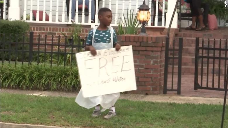 menino doando comida vítimas furacão dorian