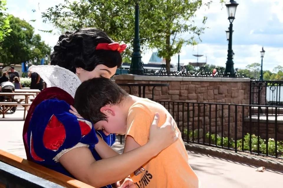 Mãe agradece à 'Branca de Neve' que acalmou filho autista em viagem à Disney