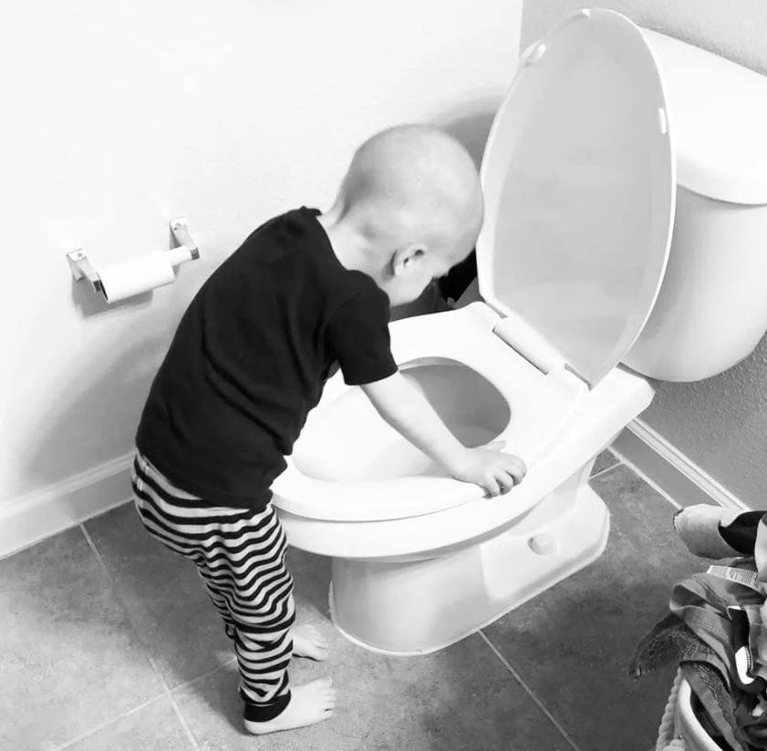 menino vomitando banheiro após quimioterapia