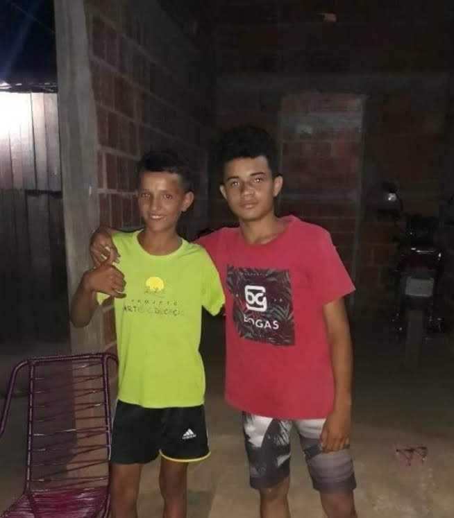 menino vende geladinho com garoto que o humilhou
