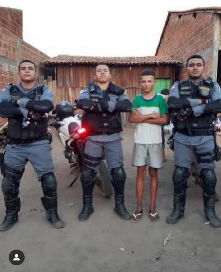 policiais com menino humilhado vender geladinho
