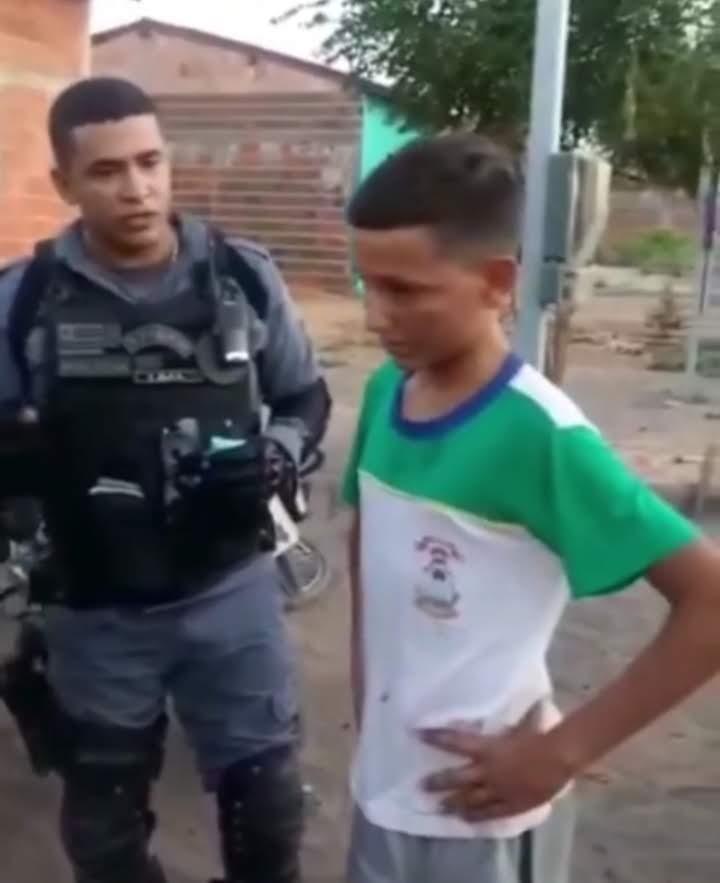 policial com menino humilhado vender geladinho