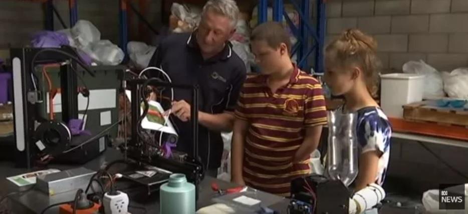 Embalagens de plástico recicladas viram próteses para crianças com deficiência