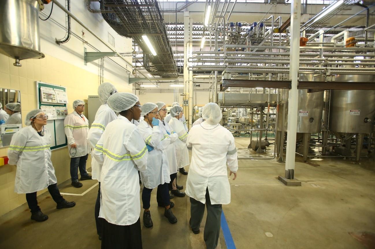 corpo de funcionários da fábrica de produção das papinhas orgânicas nestlé