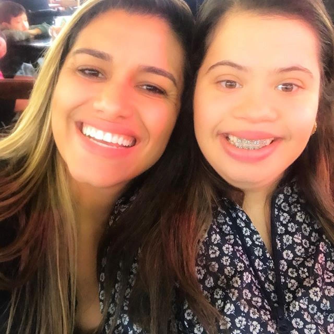 Jovem de 25 anos se torna a primeira relações públicas com síndrome de Down formada no Brasil